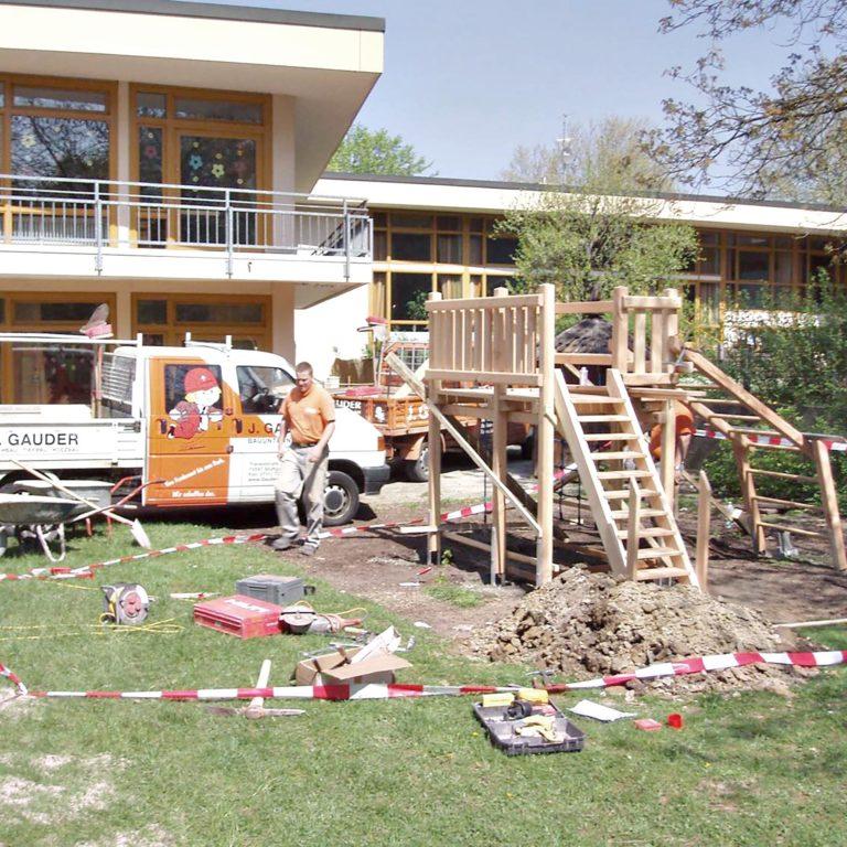 Gauder-bau-stuttgart-Außenanlagen Holzbau Spielturm und Schaukel KiGa Fasanenhof 04.2007-02